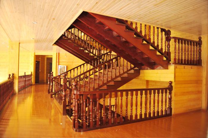 单体4层的木结构房屋;木屋酒店集餐饮
